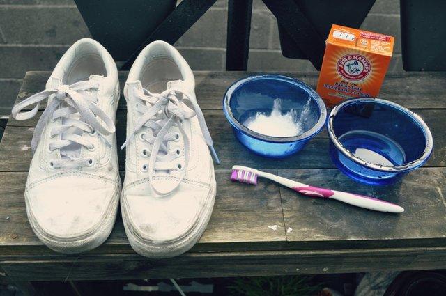 Як відчистити білі кросівки - фото 337098