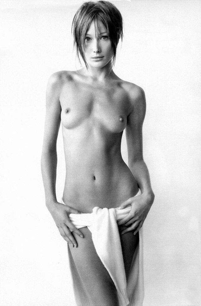 Моделі 90-х: як змінилася гаряча італійка Карла Бруні (18+) - фото 337722