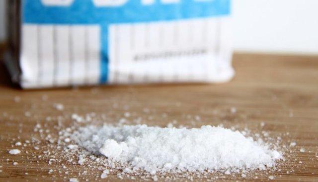 Сіль відчищає жирні плями - фото 338406