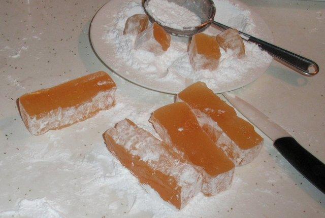 Купа цукерок з нічого: як зробити домашній рахат-лукум - фото 338629