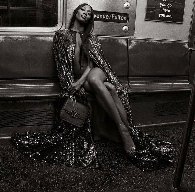 Оголена Наомі Кемпбелл знялась оголеною у метро - фото 338984