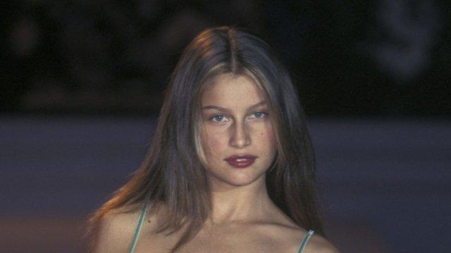 Моделі 90-х: як змінилася зваблива француженка Летиція Каста (18+) - фото 339662