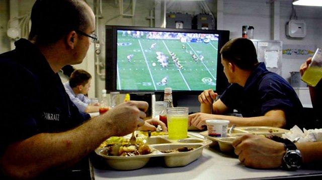 Чому некорисно їсти перед телевізором  - фото 339720