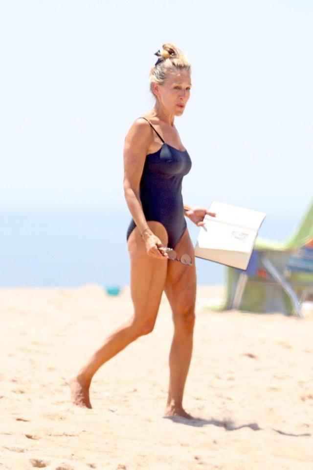 Зірка серіалу Секс і місто засвітилася на пляжі у купальнику - фото 340150