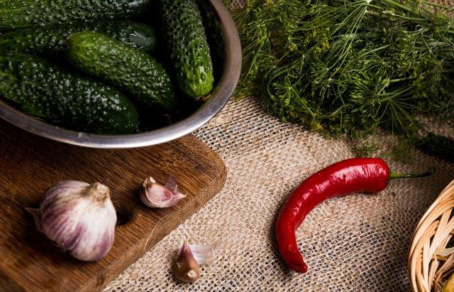 Як приготувати малосольні огірки: швидкі покрокові рецепти засолювання - фото 340354