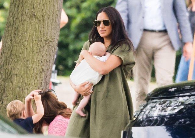 Меган Маркл розкритикували за невміле поводження з дитиною - фото 340359