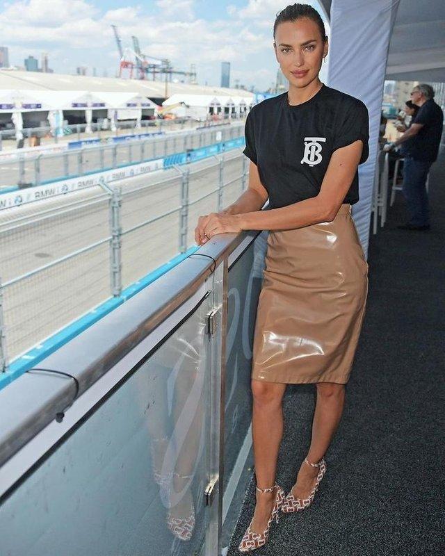 Ірина Шейк показала стрункі ноги у шкіряній спідниці - фото 341394