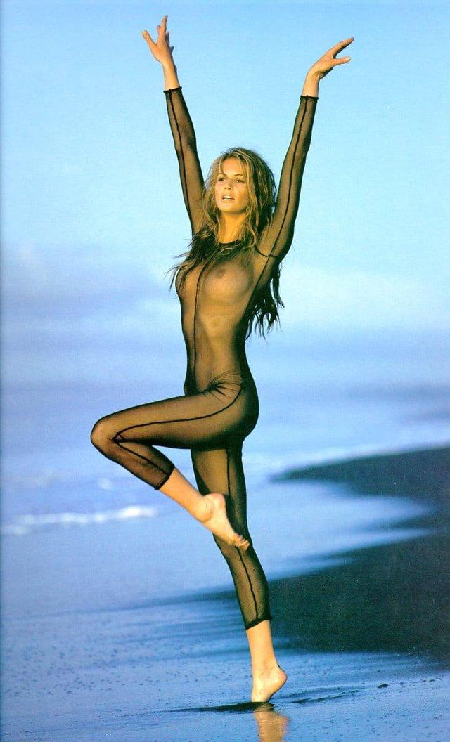 Моделі 90-х: як змінилася сексуальна австралійка Ель Макферсон (18+) - фото 341433