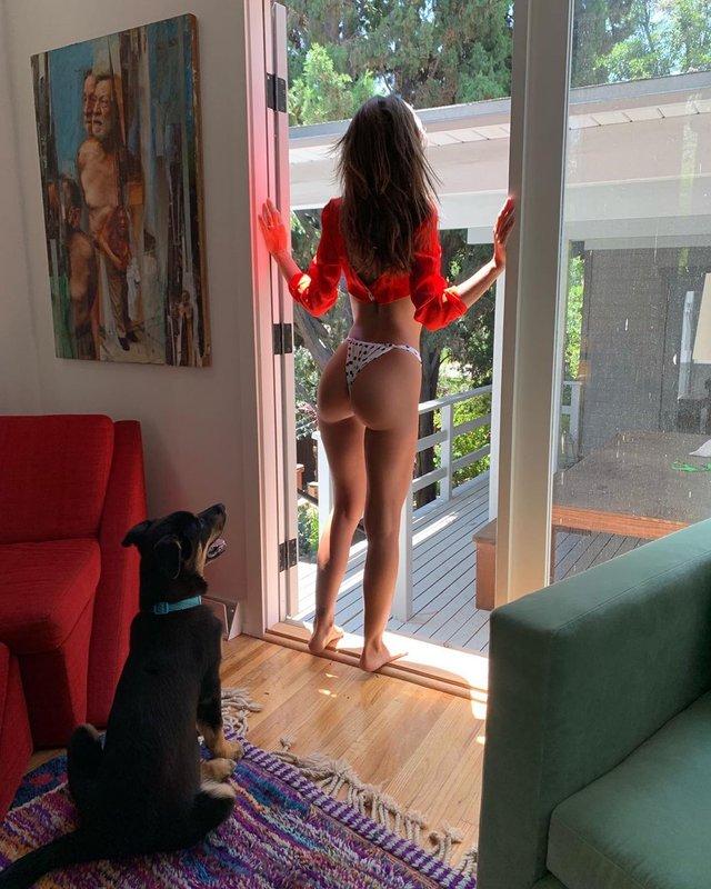 Сексуальна Емілі Ратажковскі показала фанатам сідниці - фото 341473