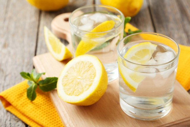 Лікарі розвіяли популярний міф про користь води з лимоном - фото 341852
