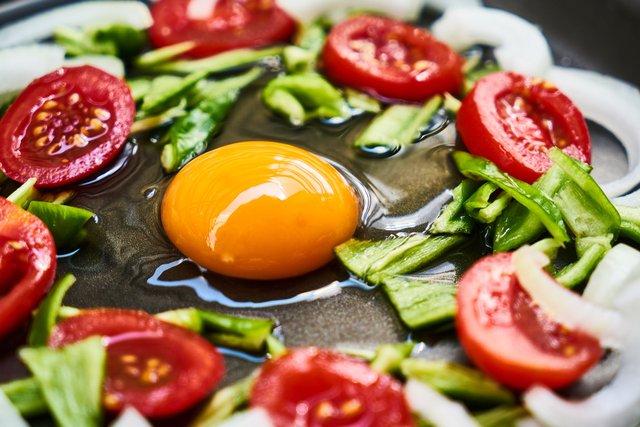 Додавайте в омлет більше овочів і зелені - фото 341941