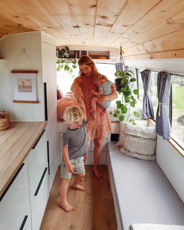 Австралійська пара мандрує світом на автобусі: яскраві фото - фото 341987