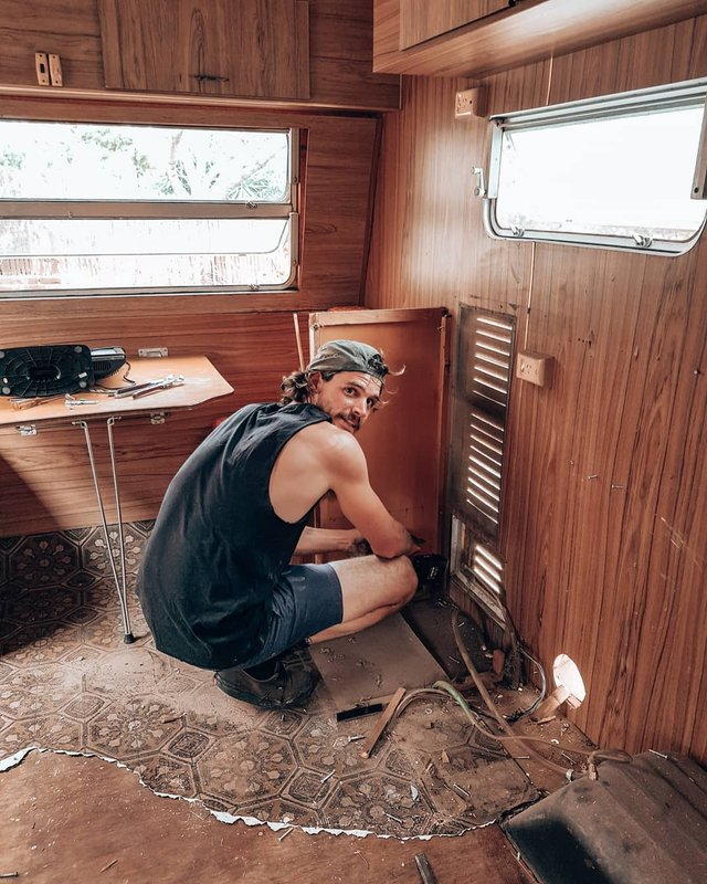 Австралійська пара мандрує світом на автобусі: яскраві фото - фото 341989