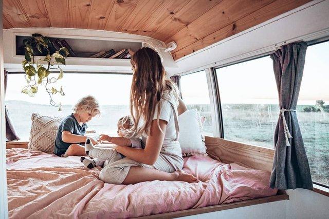 Австралійська пара мандрує світом на автобусі: яскраві фото - фото 341996