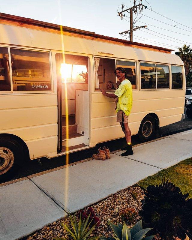 Австралійська пара мандрує світом на автобусі: яскраві фото - фото 341997