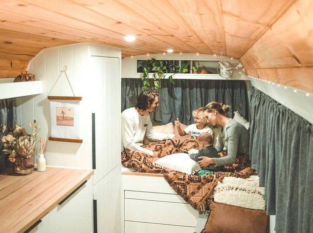 Австралійська пара мандрує світом на автобусі: яскраві фото - фото 341998
