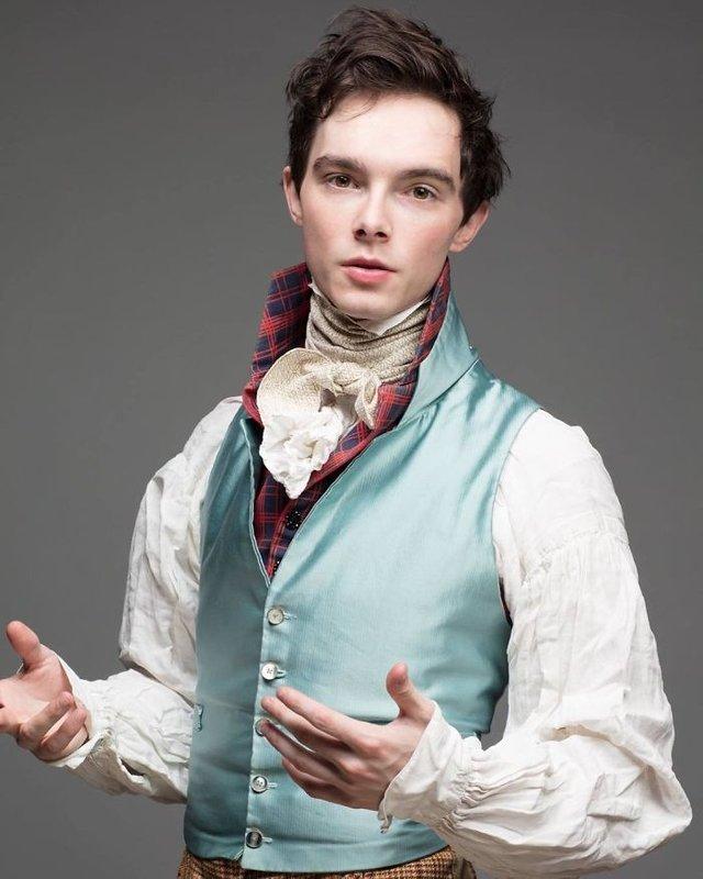 Молодий британець понад 11 років не носить сучасний одяг - фото 342094