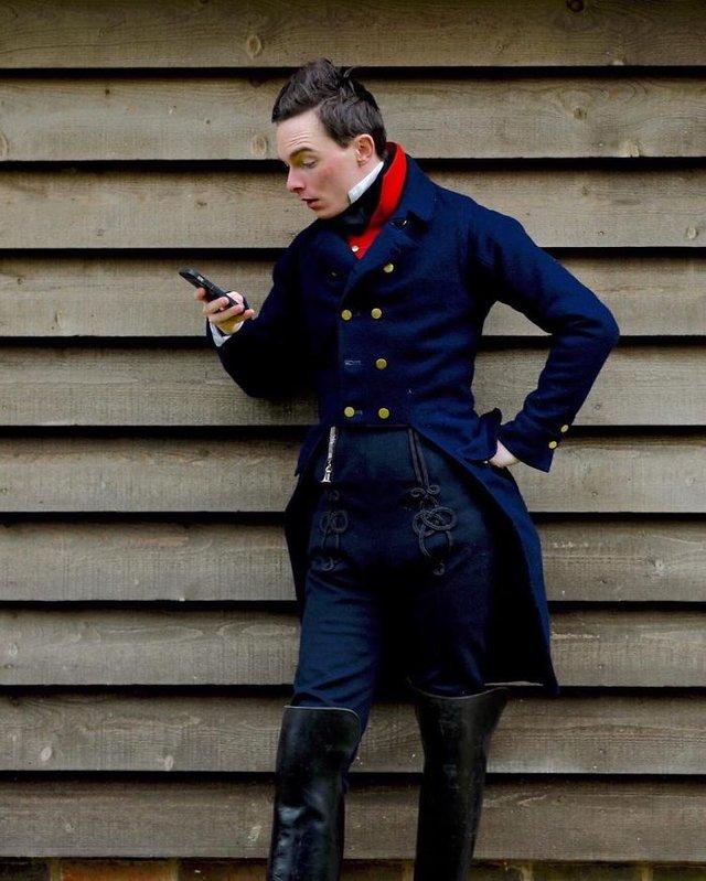 Молодий британець понад 11 років не носить сучасний одяг - фото 342097