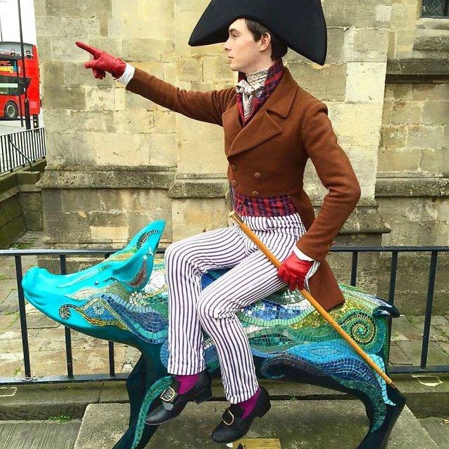 Молодий британець понад 11 років не носить сучасний одяг - фото 342099