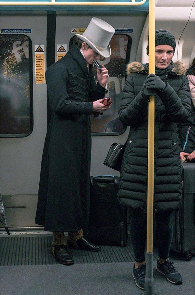 Молодий британець понад 11 років не носить сучасний одяг - фото 342101