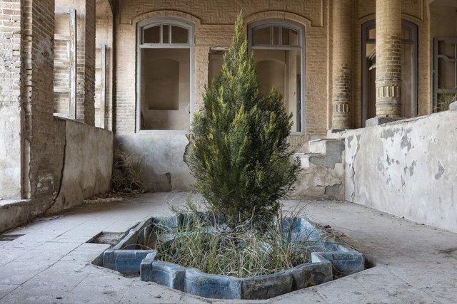 Природа забирає своє: вражаючі фото занедбаних споруд столиці Ірану - фото 342360