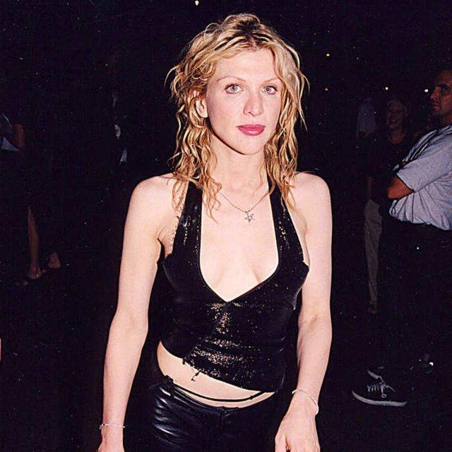 Як одягалися знаменитості у лихі 90-ті - фото 342435