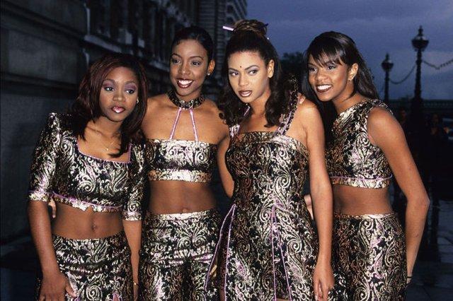 Як одягалися знаменитості у лихі 90-ті - фото 342437