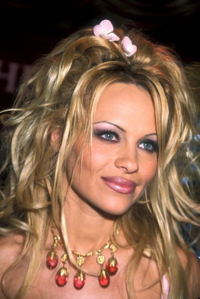 Як одягалися знаменитості у лихі 90-ті - фото 342441