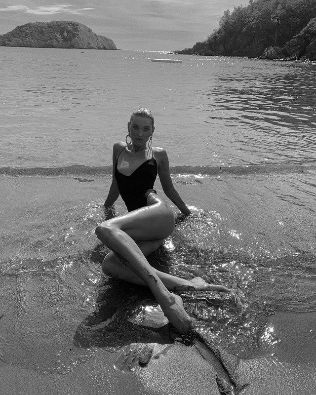 Морська богиня: відома модель показала звабливі фото - фото 342533