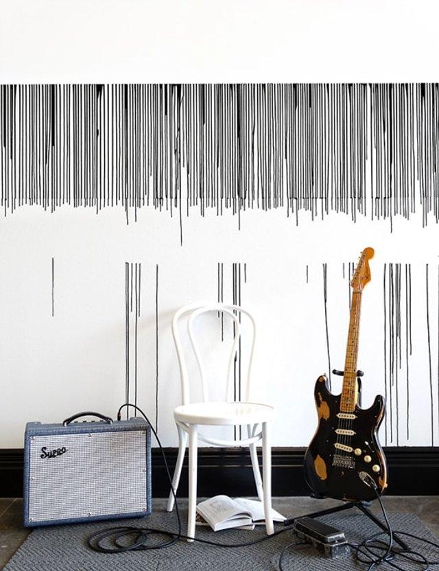 Дівчина наклеїла на стіну скотч і облила фарбою: результат вражає - фото 342757
