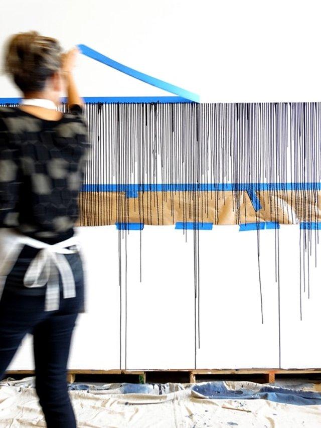 Дівчина наклеїла на стіну скотч і облила фарбою: результат вражає - фото 342759