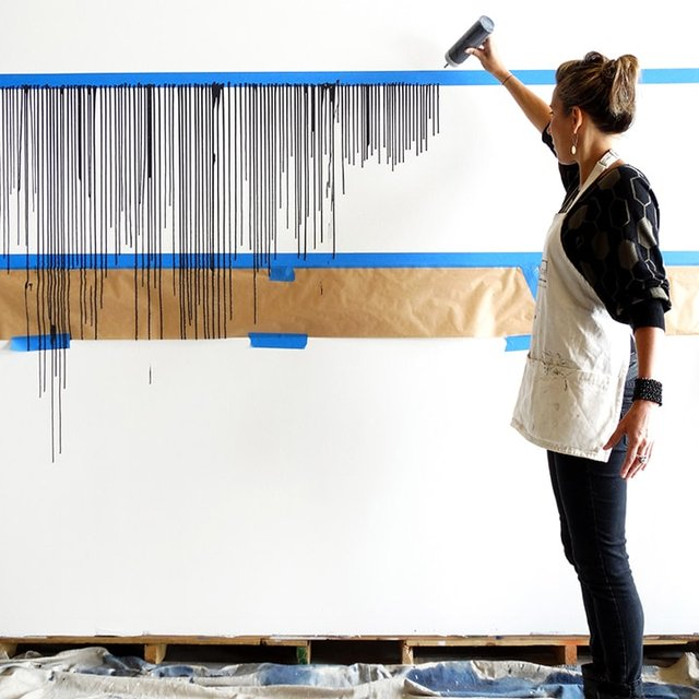 Дівчина наклеїла на стіну скотч і облила фарбою: результат вражає - фото 342761