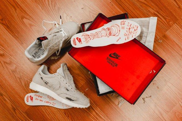 Дуже дивні справи: Nike випустив кросівки до серіалу, які варто підпалити - фото 342856