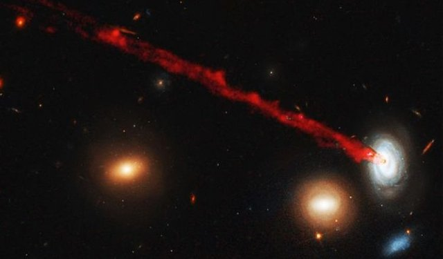 Hubble зняв вмираючу галактику під час виверження газу - фото 343679