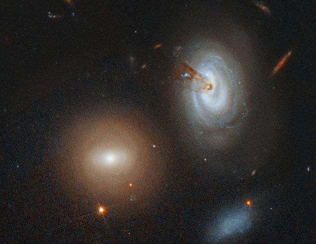 Hubble зняв вмираючу галактику під час виверження газу - фото 343680