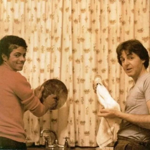Майкл Джексон і Пол Маккартні миють посуд: ностальгійні фото улюблених зірок - фото 343751