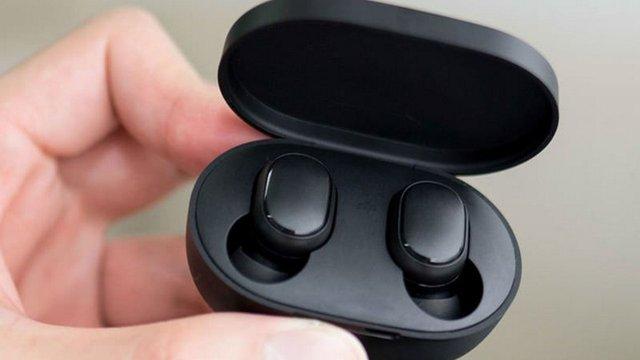 Навушники потрібно поставити у правильному положенні у кейсі - фото 344416