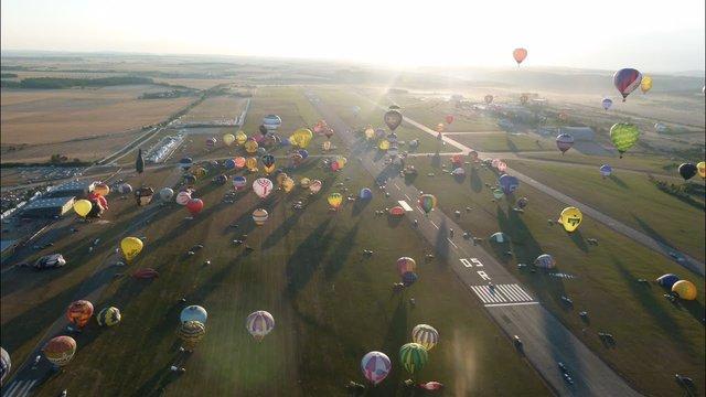 Як у Франції проходить яскравий фестиваль повітряних куль - фото 344700