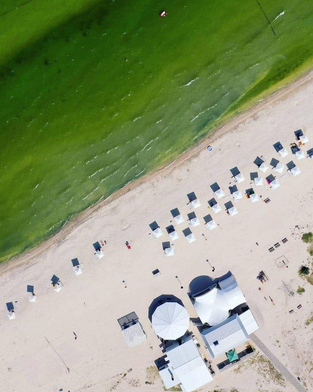 Порожні пляжі Криму показали з висоти пташиного польоту - фото 344879