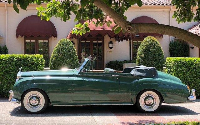 Розкішний Rolls-Royce Елізабет Тейлор виставлено на торги в США - фото 345196