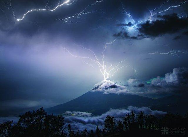 Блискавка попала у вулкан Волкан-де-Аґуа - фото 345404