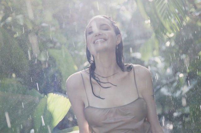 Чуттєва Анджеліна Джолі оголилася для реклами парфуму (відео) - фото 345473