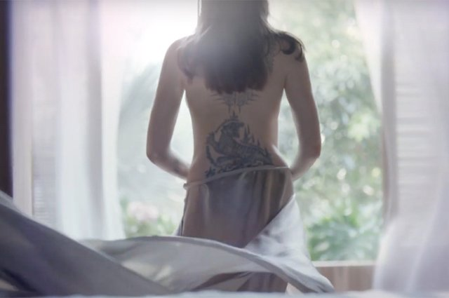Чуттєва Анджеліна Джолі оголилася для реклами парфуму (відео) - фото 345474