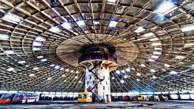 Парк нагадує літаючу тарілку - фото 345895