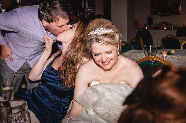 Фотограф робить курйозні, зате правдиві фото на весіллях. Ви будете сміятись до сліз! - фото 346114