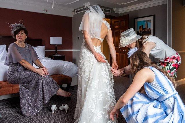 Фотограф робить курйозні, зате правдиві фото на весіллях. Ви будете сміятись до сліз! - фото 346131