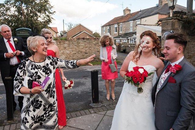 Фотограф робить курйозні, зате правдиві фото на весіллях. Ви будете сміятись до сліз! - фото 346136