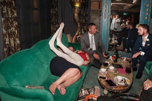 Фотограф робить курйозні, зате правдиві фото на весіллях. Ви будете сміятись до сліз! - фото 346139