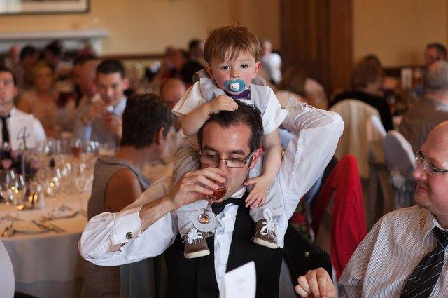 Фотограф робить курйозні, зате правдиві фото на весіллях. Ви будете сміятись до сліз! - фото 346142