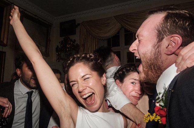 Фотограф робить курйозні, зате правдиві фото на весіллях. Ви будете сміятись до сліз! - фото 346145